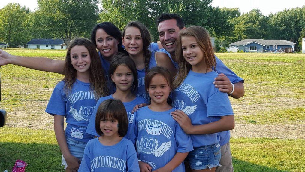 L'amica d'infanzia muore e lei adotta le sue 4 figlie