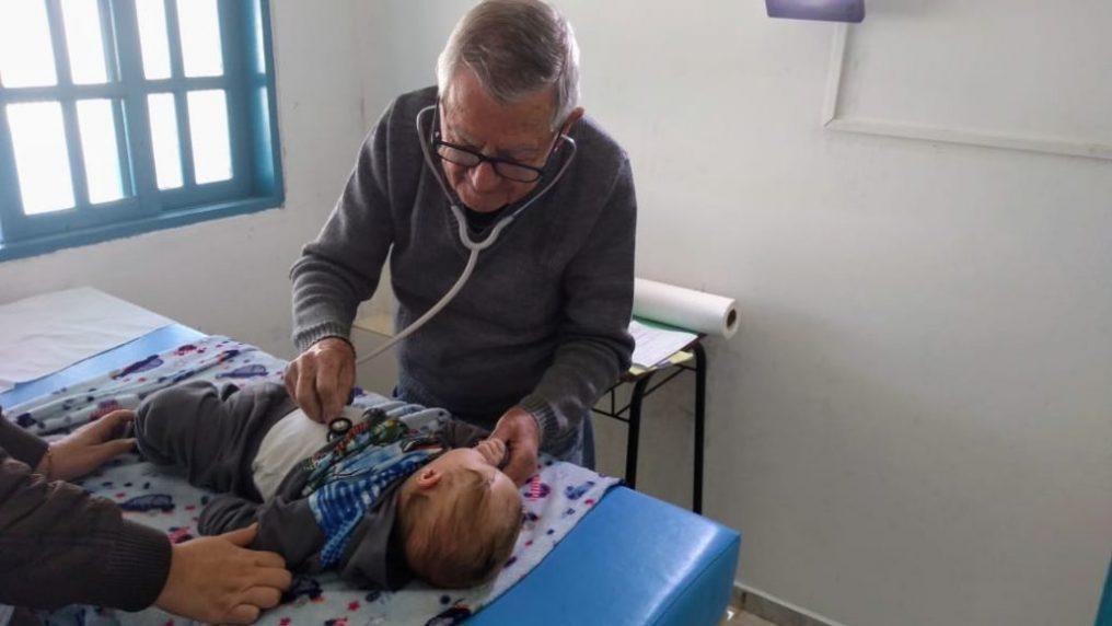 Un pediatra di 92 anni cura gratuitamente i bambini bisognosi