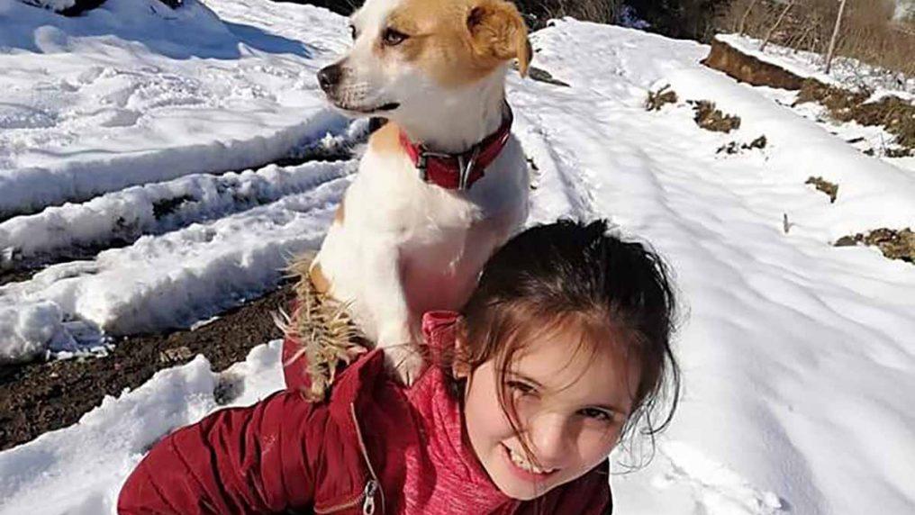 Il cane sta male e la bimba lo porta in spalla per 2 km nella neve fino al veterinario