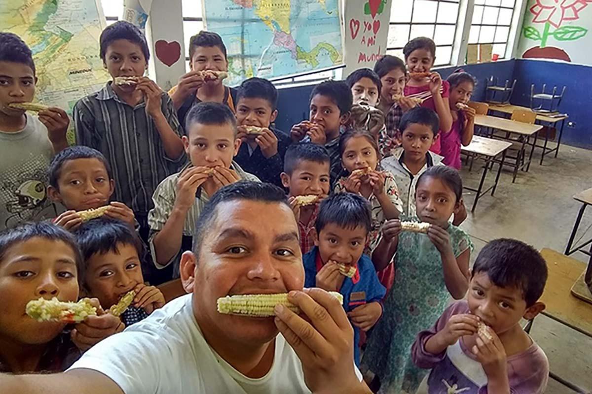 L'insegnante regala un sogno ai suoi studenti e li porta al cinema