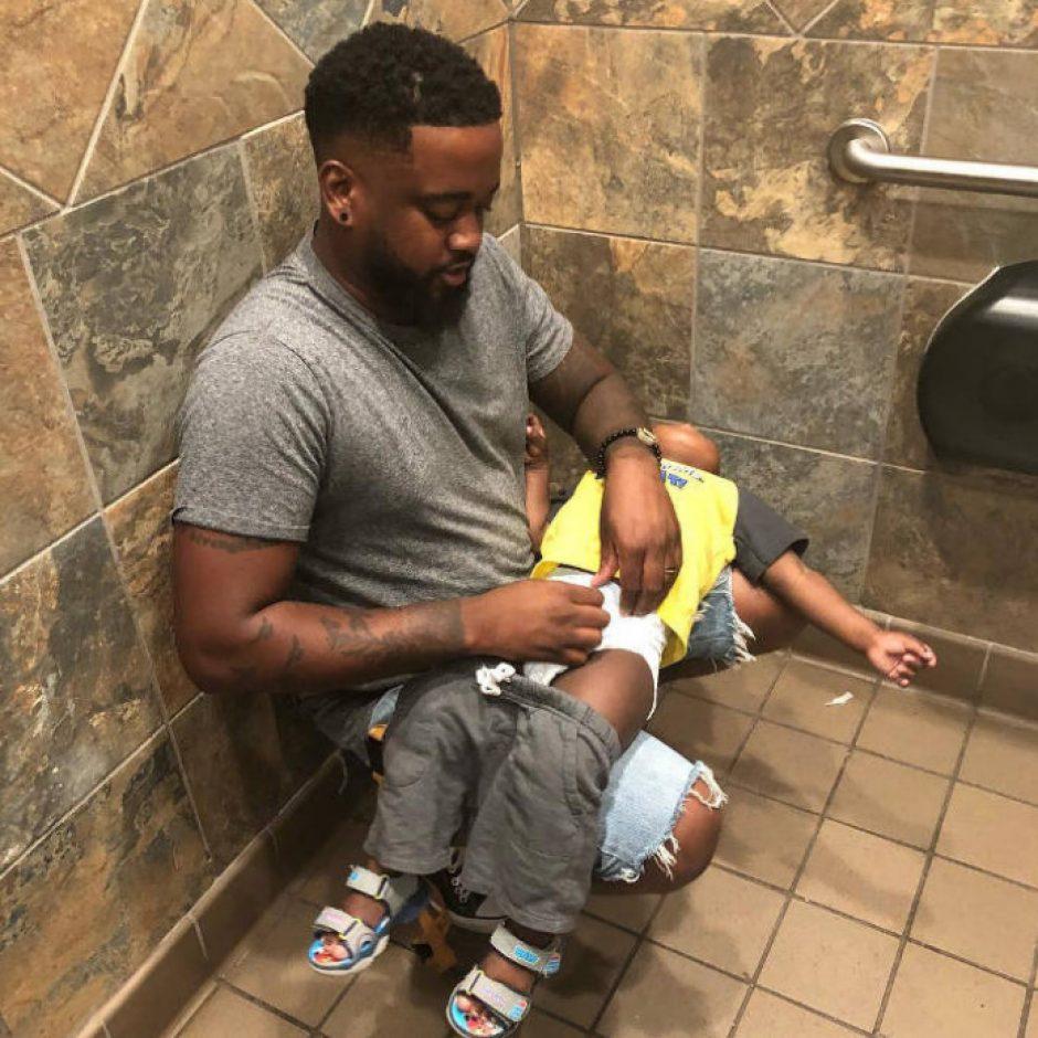 La battaglia dei papà, discriminati nel cambio pannolino