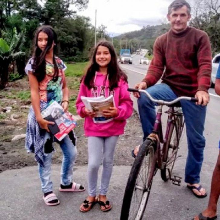 Papà pedala ogni giorno per 28 km per far studiare i suoi 3 figli