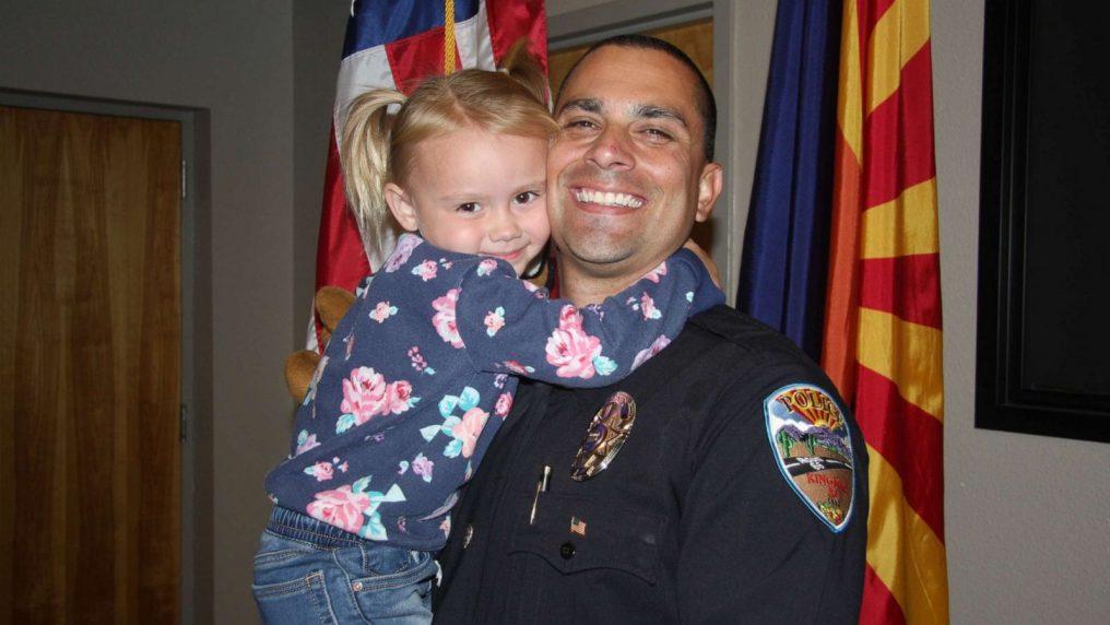 Poliziotto adotta la bimba incontrata in servizio,  vittima di maltrattamenti