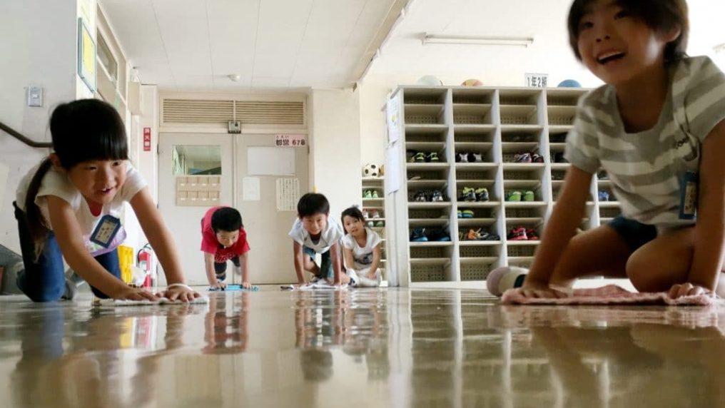 In Giappone, gli alunni puliscono aule e bagni della propria scuola
