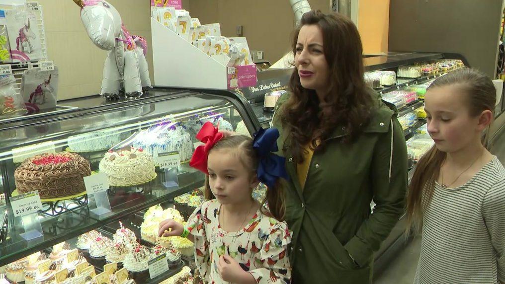Va a ritirare la torta della figlia ma uno sconosciuto l'ha già pagata